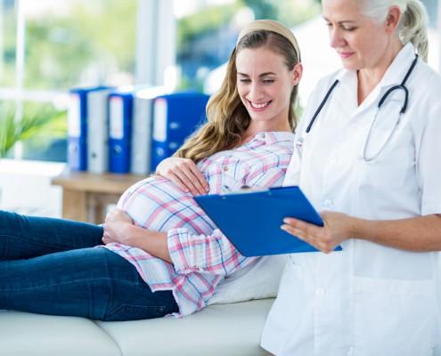 Femme enceinte et son docteur